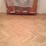 циклевка паркета в комнате с мебелью в Москве